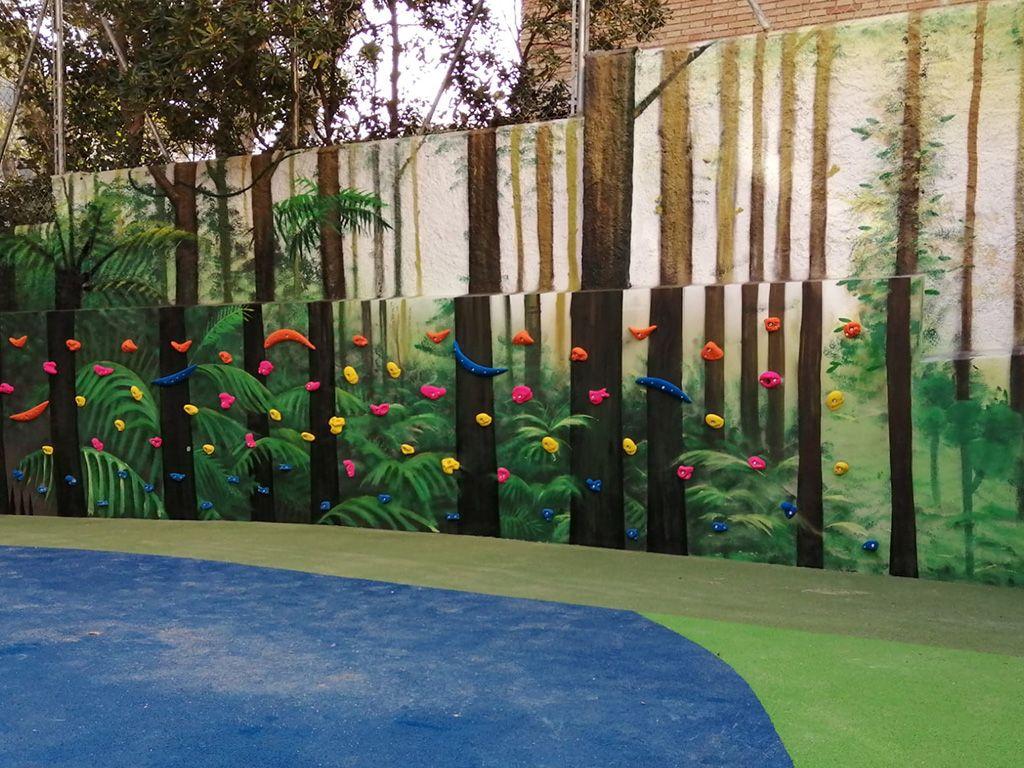 Rocódromo escolar mediante presas a pared y mural decorativo